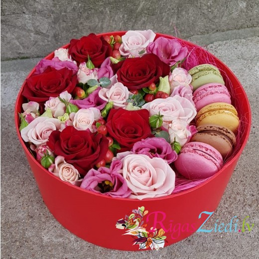 Roses, lisianthus and macarons in a gift box