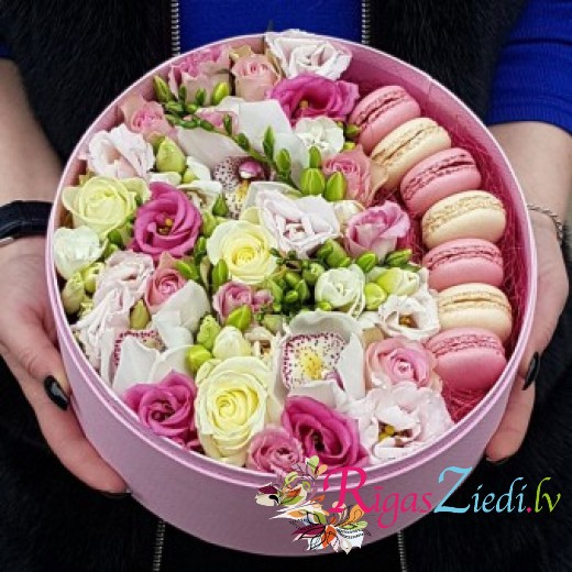 Flowers with macaroons