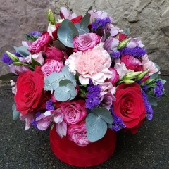 Flower arrangement in a velvet box