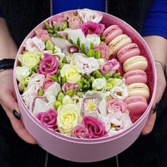 Flowers and macaroon cockies in a box