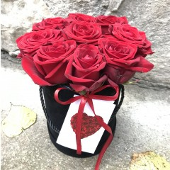 Red roses in a black round box
